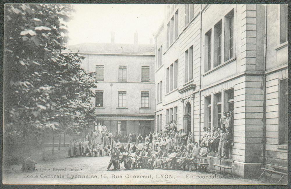 Carte postale : ingénieurs ECL en récréation (carte postale début XXe)